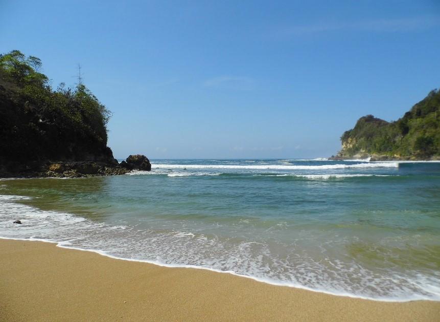 panorama pantai pangi
